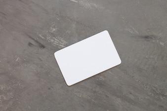 灰色の背景に名前のカード
