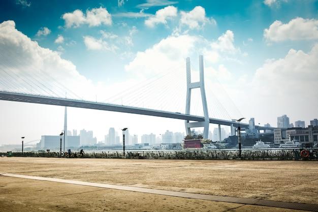 Названный байи мост в ночь шанхая китай.