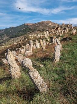 山腹にある無名の石の墓石。石で作られた墓石。ゴール。ダゲスタン。