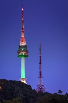 Башня сеула или namsan возвышаются на взгляде ночи, ориентир ориентире кореи.