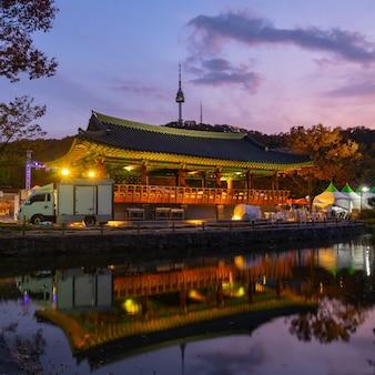 Традиционная деревня намсангол и башня сеула в осенних цветах, южная корея.