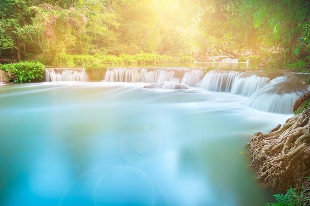 Namtok chet sao noi saraburiの森の中の美しい滝
