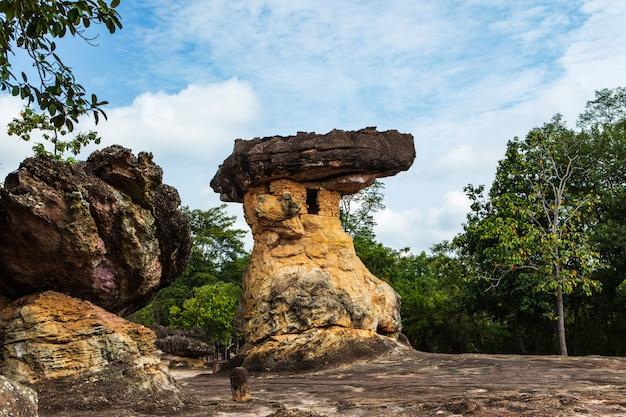 Башня nang сша, штендер песка каменный в парке phu phra bat историческом, провинции udonthani, таиланде.