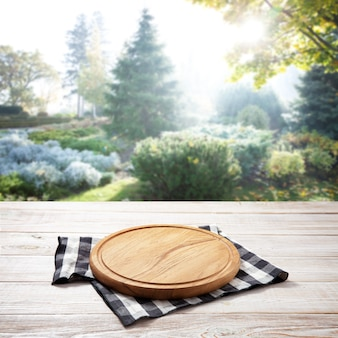 나무 책상에 피자 냅킨과 보드. 여름 풍경.