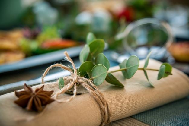 ナプキンと花の組成物木製のテーブルの上