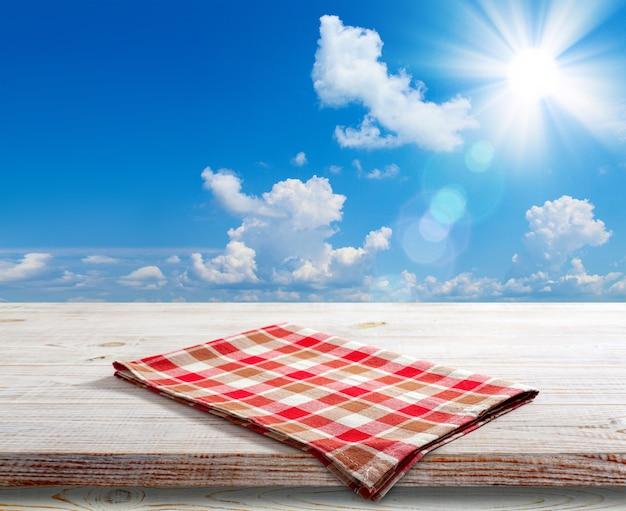 Салфетка на перспективе деревянный стол. летний пейзаж.