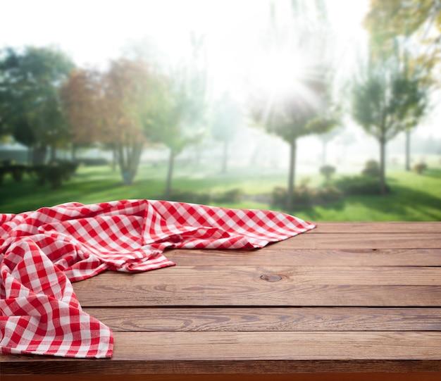 나무 테이블 관점에 냅킨입니다. 여름 풍경.