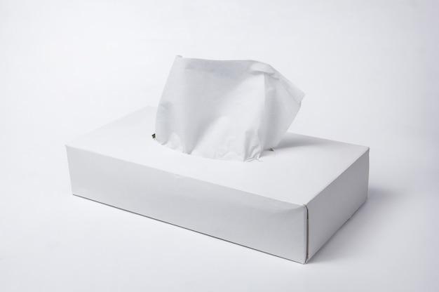 白い背景の上のボックスにナプキン。ナプキン用の箱。天然素材。