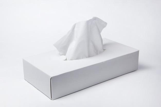 Салфетки в коробке на белом фоне. ящик для салфеток. натуральный материал.