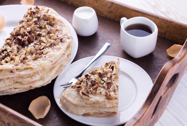 쟁반에 담긴 낭만적인 아침 식사를 위한 나폴레옹과 커피