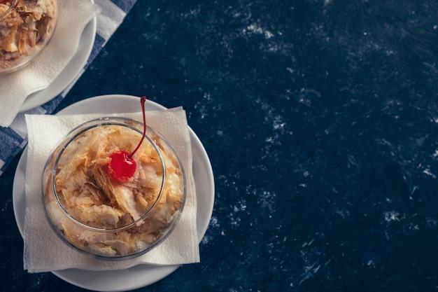 Торт наполеон в стеклянной миске. сладкий десерт. тонированное фото. место для текста.