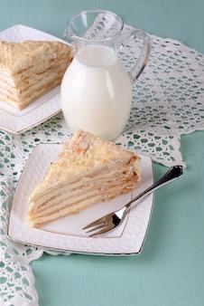 Наполеон торт на тарелке на столе крупным планом