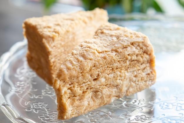 Торт наполеон. кусочек сладкого классического слоеного торта наполеон.