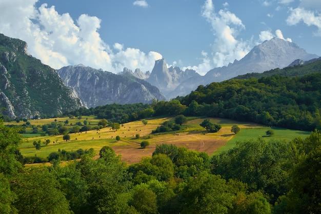 Пейзаж наранхо-де-булнес из посо-де-ла-орасион в астурии