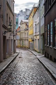 雨から地面に反射する中世の町の狭い路地。