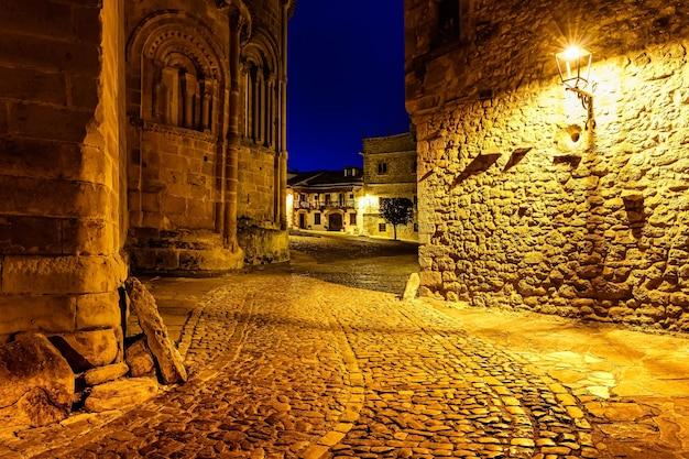 狭い路地は夜に街灯で照らされました。サンティリャーナデルマール、サンタンデール。
