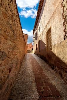 テルエル・アラゴンのアルバラコンの町にある中世風の古い石造りの家がある狭い路地。スペイン