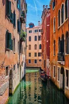 Узкий канал с гондолой в венеции, италия