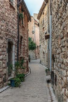 古い村、フランスの花と狭い石畳の通り。