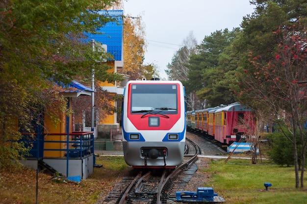 秋の公園の狭軌列車