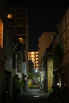 夜にライトが灯る狭い日本通り