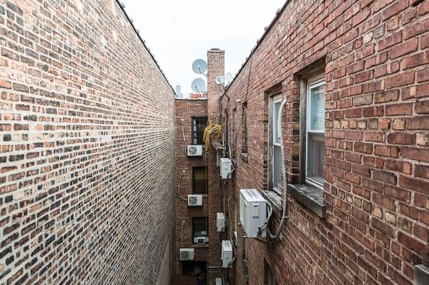 れんが造りの家の間の狭い車線