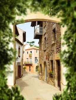 晴れた日の狭い古いヨーロッパの通り、ポルトガル