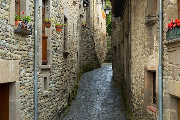 Узкая живописная улица старого каталонского города