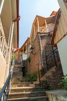 トビリシの旧市街にある狭い階段。トラベル