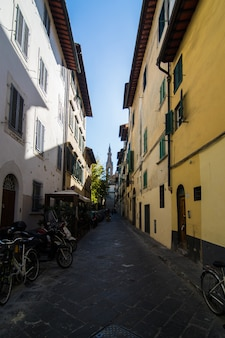Strada stretta a firenze, toscana, italia. architettura e punto di riferimento di firenze. accogliente paesaggio urbano di firenze