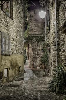 夜のフランスの旧市街の狭い通り