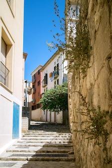 スペイン、パルマデマヨルカの旧市街の狭い通り
