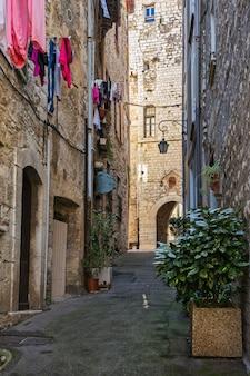 古い村、フランスの狭い通り。