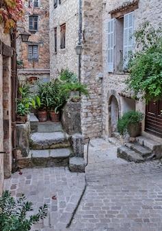 古い村ヴァンス、フランスの狭い通り。