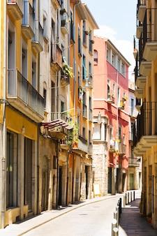 ヨーロッパの街の狭い通り。ジローナ