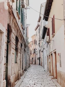 Rovinj, 크로아티아, 유럽의 좁은 거리. 빈티지 건물이있는 구시 가지.