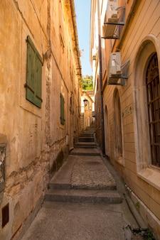 旧市街、ヨーロッパの古代都市の狭い通り。