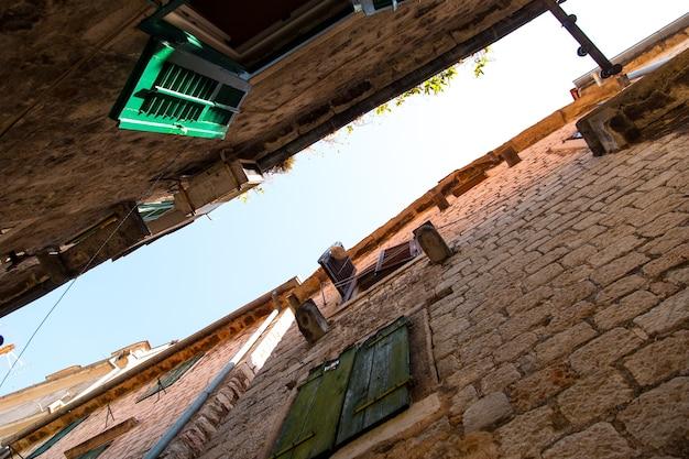 Узкие улочки, узкая городская аллея, вид снизу, взгляд вверх.