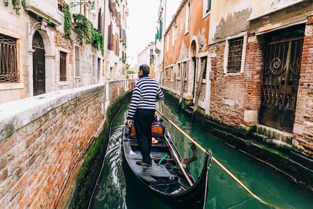 이탈리아 베니스의 좁은 거리와 운하