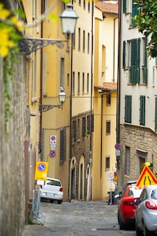 Узкие улочки в городе флоренция. тоскана, италия