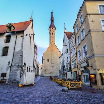 市庁舎を背景にしたタリンの狭い通り。エストニア。