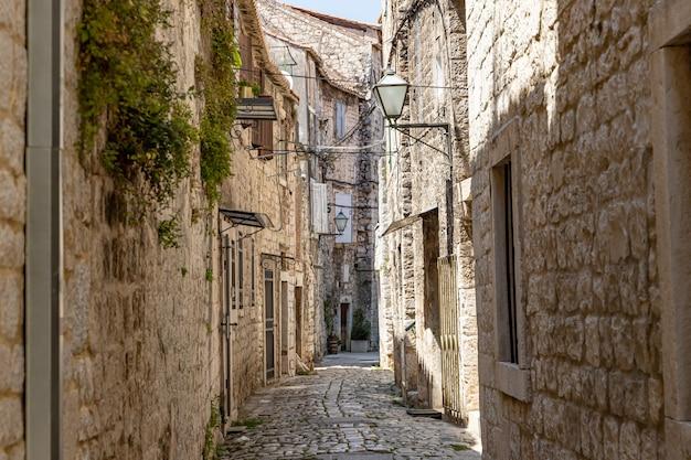 クロアチアのトロギールの狭い通り
