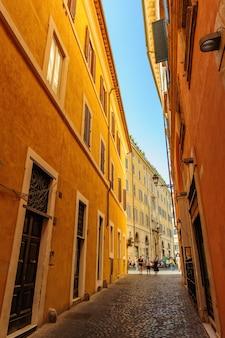 Узкие улочки со старыми средневековыми жилыми домами в риме, италия