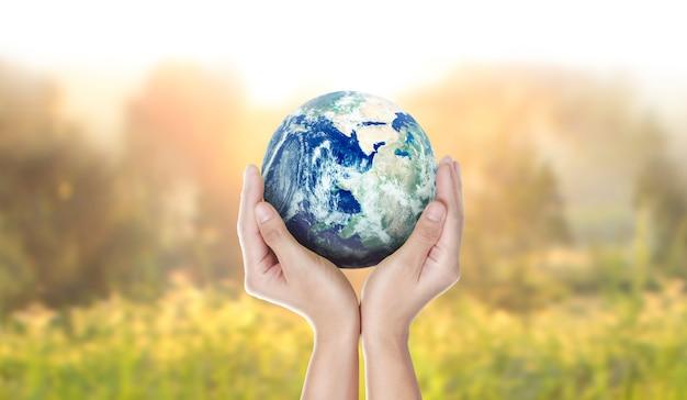 地球、人間の手の地球、nasaから提供された地球の画像