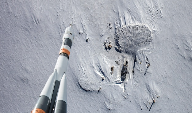 宇宙の地球の雲の上を飛んでいるロケット、nasaによって供給されたこの画像の要素