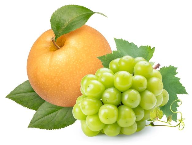 白に分離されたナシ梨とシャインマスカットブドウ