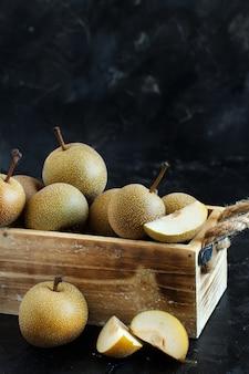 暗い背景のボックスにナシ梨(リンゴ梨またはアジア梨) Premium写真