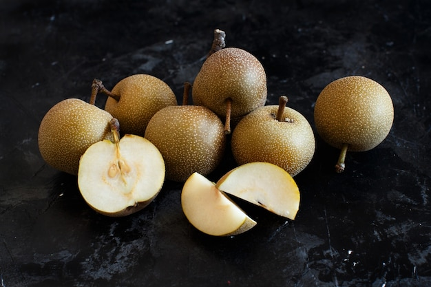 木製のテーブルにナシ梨(リンゴ梨またはアジア梨)