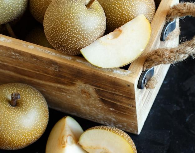 木製のテーブルにリンゴ梨として知られているナシ梨