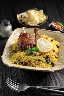 Наси брияни или рис бирьяни с жареной курицей - типичные блюда ближнего востока. рис басмати, приготовленный со специями. подобно кабли, кебули, манди, кабса райс. выбранный фокус